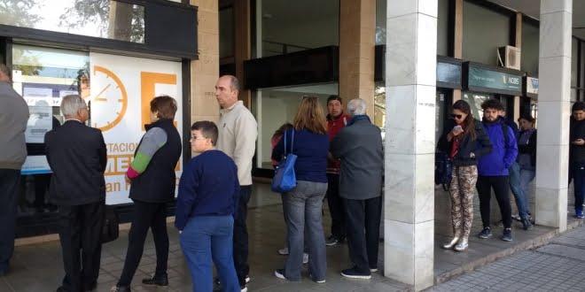 Cambios en el estacionamiento medido: Una multitud de vecinos sacando el llavero