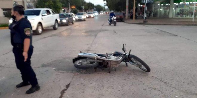 Ocurrió un fuerte accidente y uno de los motociclistas huyó del lugar