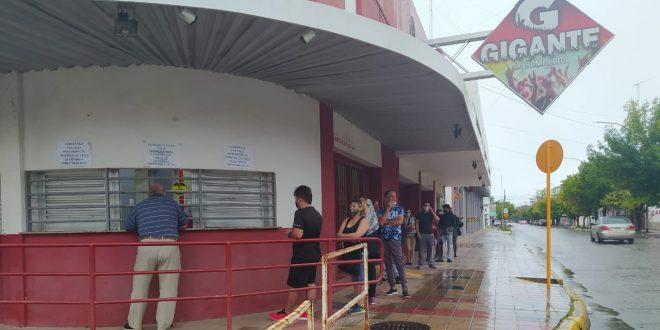 Con lluvia arrancó la venta de entradas para el show de Los Palmeras