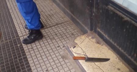 Fue detenido por insultar y amenazar a la Policía con una cuchilla
