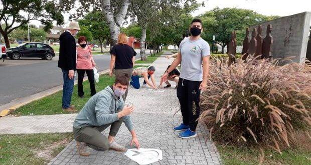Las Varillas: restituyeron los pañuelos blancos en la Plazoleta del Bicentenario