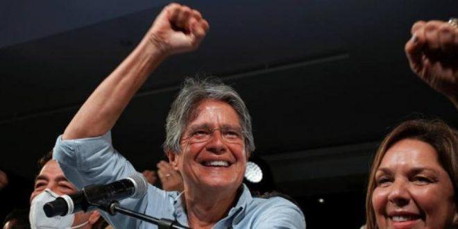 El presidente ecuatoriano Guillermo Lasso prometió vacunar a 9 millones de personas en tres meses