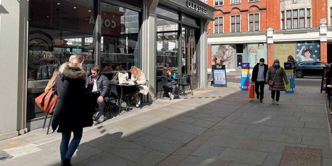 Reabrieron tiendas, pubs y restaurantes y miles de londinenses se vuelcan a las calles