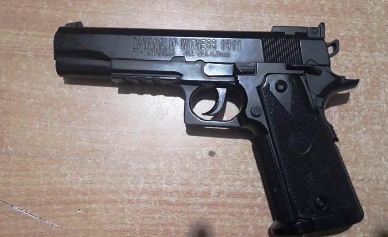 Detuvieron a jóvenes que tenían una réplica de arma de fuego y una moto robada