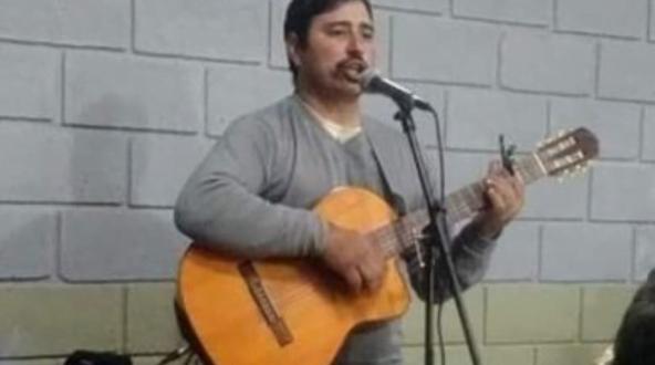Le robaron la guitarra, la vendían por Facebook y pide ayuda para recuperarla