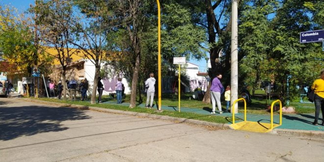 Larga cola en el Centro de Testeos de Barrio Dos Hermanos