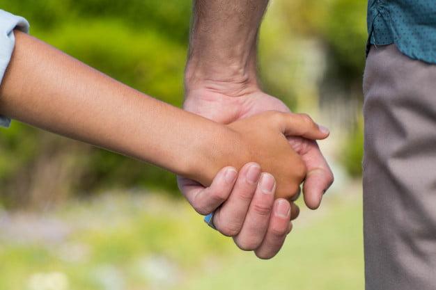 Tras divorciarse, se enteró que no era el padre biológico de su hijo: la Justicia ordenó quitarle el apellido al menor
