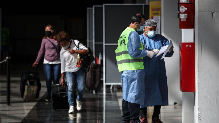 Restricciones: comenzaron a bajar los casos en todo el país
