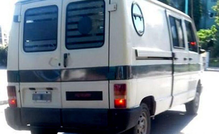 Millonario robo a una perfumería en un supuesto auto oficial