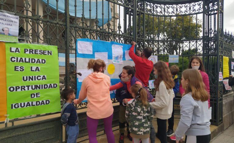 Padres Organizados realizó un «cartelazo» para la vuelta de las clases presenciales