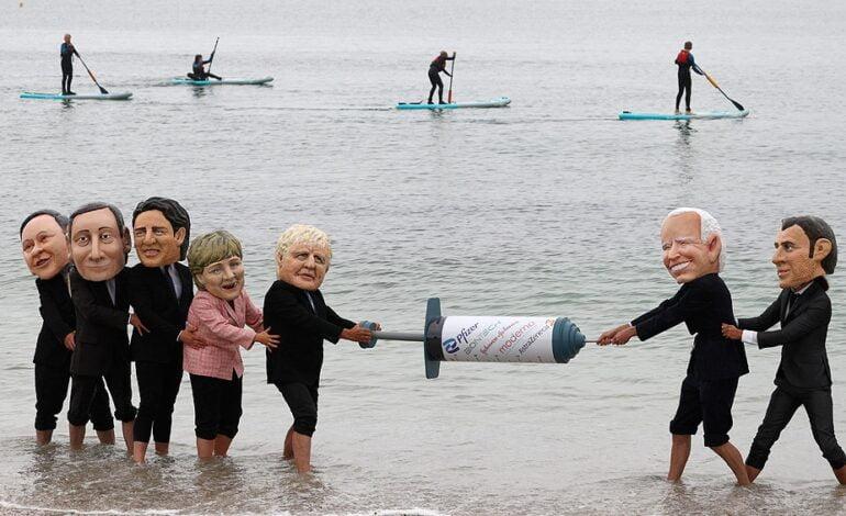 Dos muñecos inflables de Johnson y Biden flotan en una balsa en las costas de Cornualles