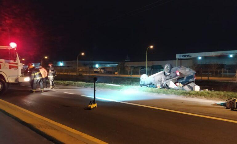 Una camioneta volcó en el acceso del Parque Industrial