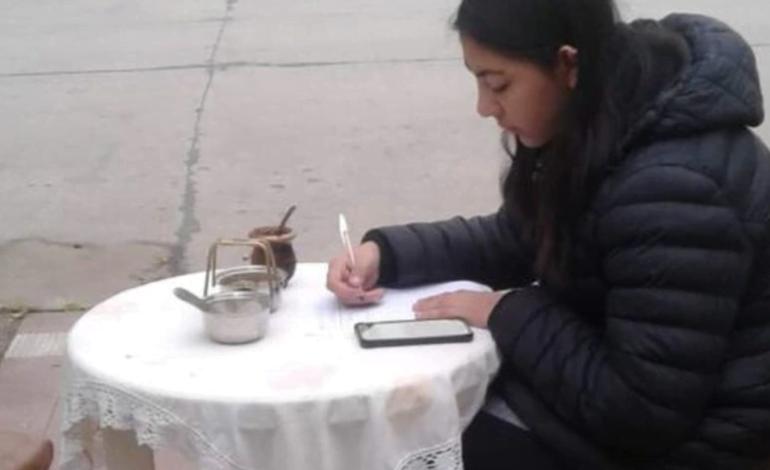 Estudia virtualmente en la vereda con el Wi Fi del Cine de Arroyito