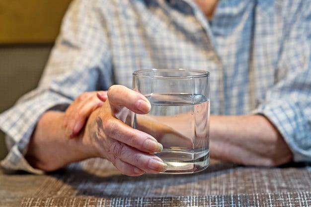 Le pidieron un vaso de agua a una anciana y le terminaron robando la cartera