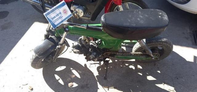Venían en moto con un arma y la policía los detuvo en Arroyito