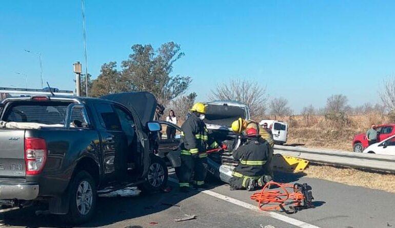 Frenaron para ayudar a otro conductor y una camioneta los arrolló: murió una mujer