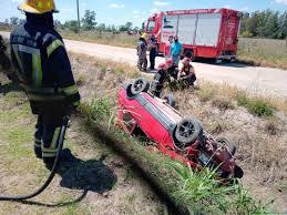 Automóvil cayó en un canal de desagüe, su conductor resultó con lesiones leves