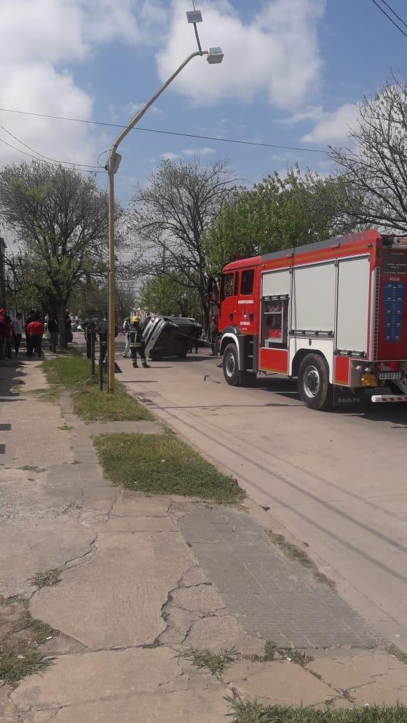 Bomberos acudió al vuelco de un auto