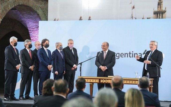 Alberto Fernández tomó juramento a sus nuevos ministros: «La solución no está en dividirnos»